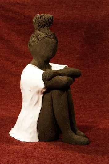 Scultura bambina argilla raku nera