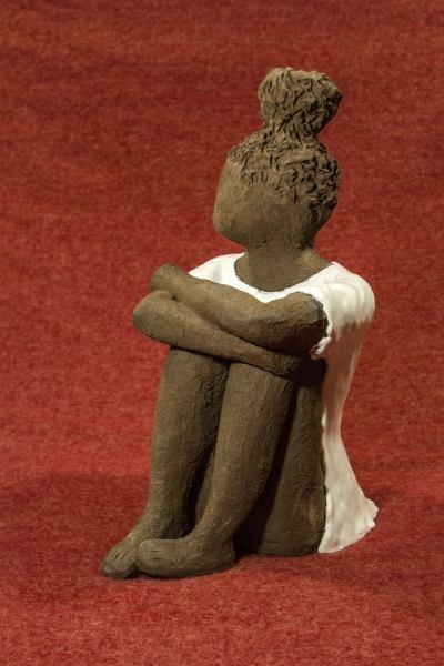 Scultura di bambina in argilla raku nera